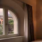 finestra in legno e vetrata fissa su misura