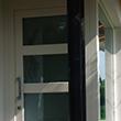 Portoncino di ingresso in legno lamellare di abete laccato con vetrata fissa laterale