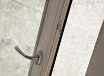 particolare serramento in legno in abete