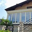 veranda in legno con schermature solari