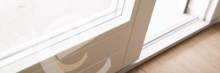 particolare vetrata scorrevole in legno